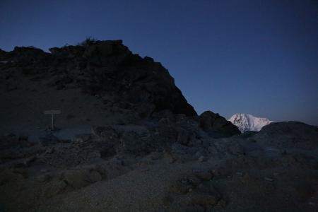 稜線は雪が少ない