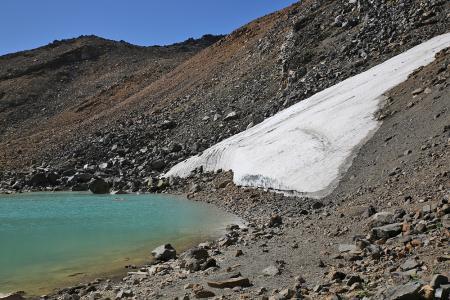 雪渓はまだ残っていた。越年か