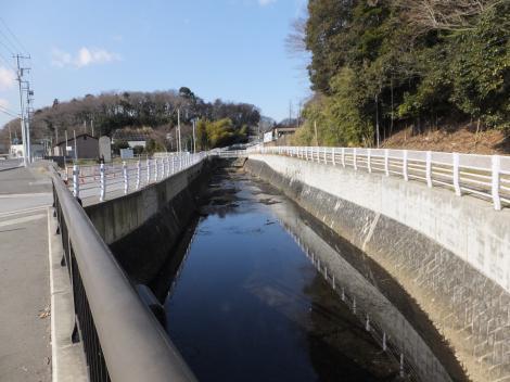 県道52号線から八瀬川上流を望む