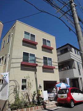 都市に佇む三階建ての木の家
