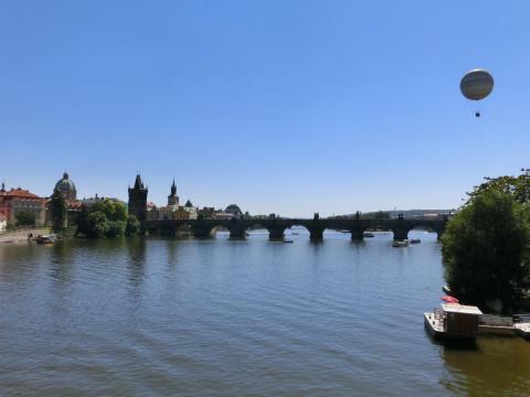 ヴルタヴァ川と気球