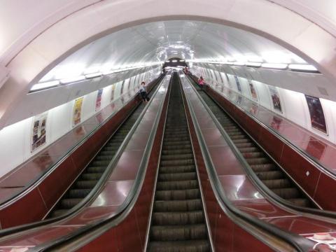 地下鉄のロングエスカレーター
