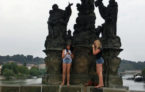 カレル橋と女の子達