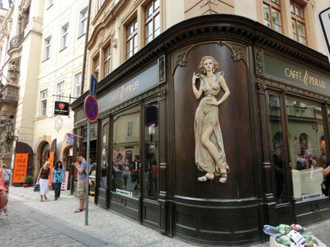 プラハ街角の美女装飾