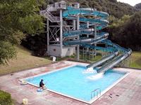 綾町サイクリングターミナル流れるプールとウォータースライダー