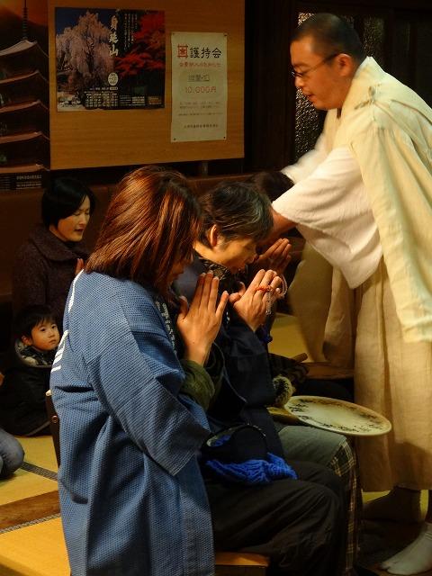 寒修行成満の祈祷を受ける