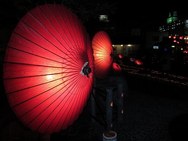 足湯の傘明かり