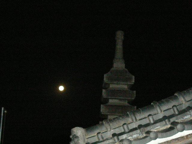 五重の供養塔が映る中秋の名月