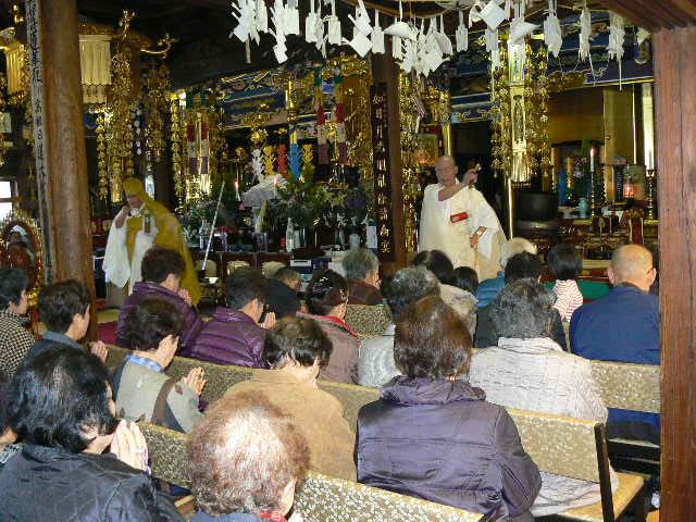 加持祈祷を受ける参詣者
