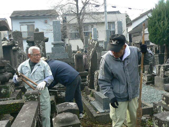 墓地の整備をしています