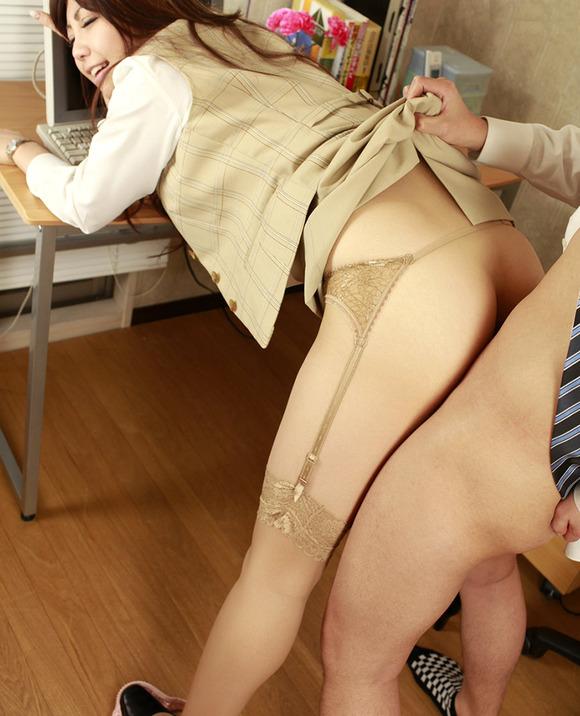 「おまんこ」にチンポが突き刺さっている性行為中のエロ画像 28