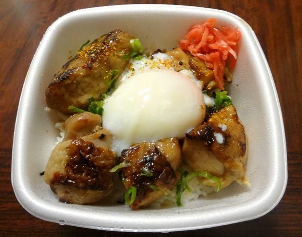 『吉野家 港町店』半玉焼鳥つくね丼(テイクアウト。半玉・紅生姜・七味を載せた図)