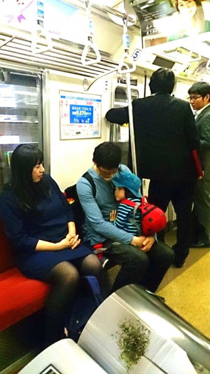 地下鉄内の家族_20131022
