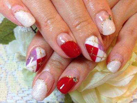 赤xホワイトのアーガイル柄ネイルデザイン 冬ネイル ワンカラーネイル 丸フレンチ