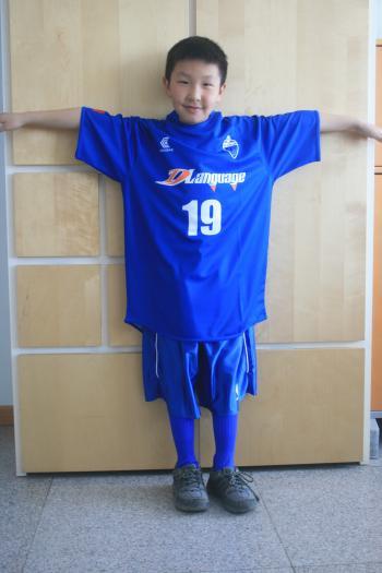 デレン墨田の新ユニホームを着るMargad(8歳)は満面の笑みを浮かべる