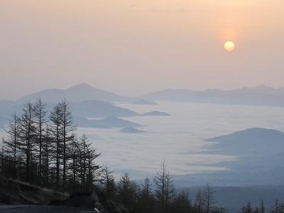 早朝富士山須走口駐車場から見た朝日と雲海。