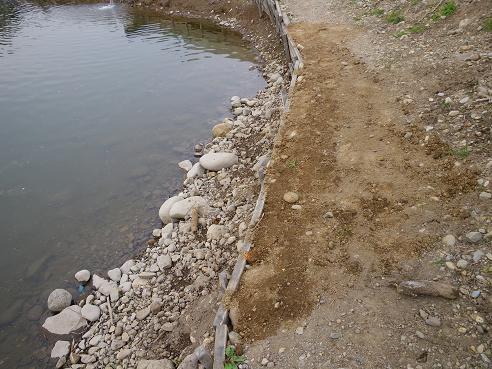 放流パイプ横 南・道路側 修繕した足場
