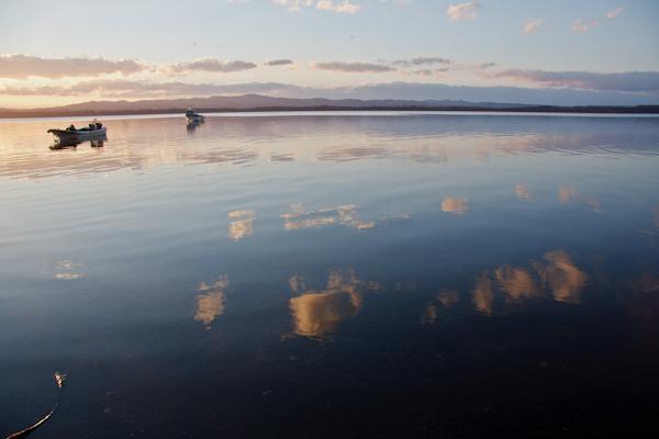 写り込みの網走湖