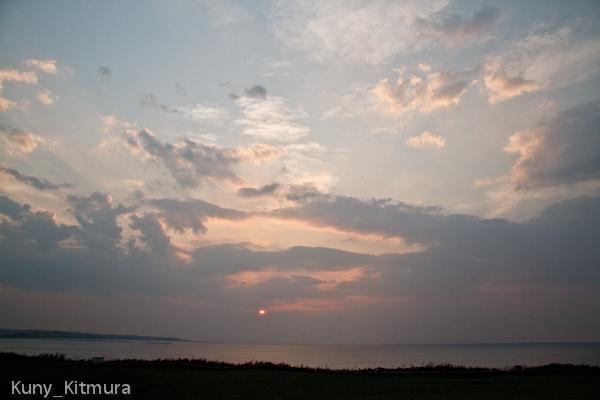 飛鳥明後日で陸に沈む夕日