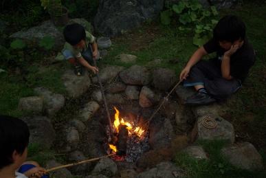 焚き火を囲んで