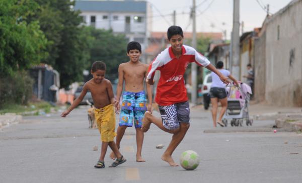 Criançasjogam-bola