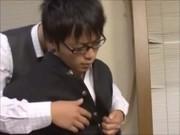 メガネが似合うイケメン学生に目をつけていた教師が行動を起こす!