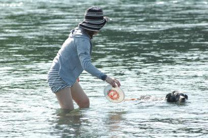 泳ぐのに必死