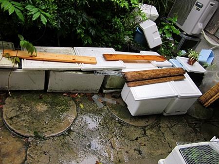台風に備えた屋外容器達 五二八
