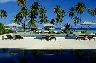 メインレストランから眺められるプール、ヤシの木、ビーチ、海