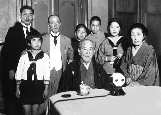 渋沢栄一と家族一番右のご婦人が平九郎の姉