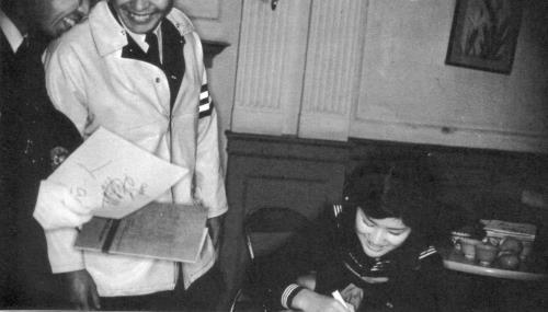 サインする淳子ちゃん