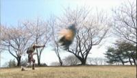 桜の舞い散る中、炎の拳が放たれる