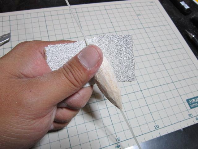 つぎに80番ぐらいの紙ヤスリで(左手はこのまま 右手でバルサをグリグリと回転させます)
