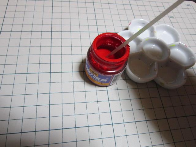 次にボディ及び足の着色 です 不要なグラスの棒などで塗料を良く攪拌し