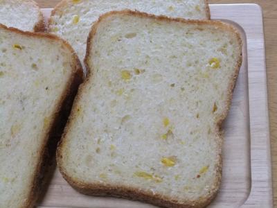 2011-11-26コーンとチーズとパプリカのパン