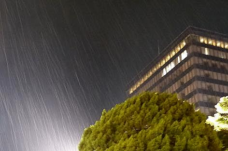 熱い町に雨♪