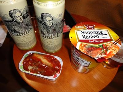 ビール、ラーメン、さばのトマト缶