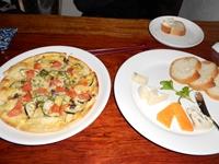 茄子とアンチョビのピザ チーズの盛り合わせ