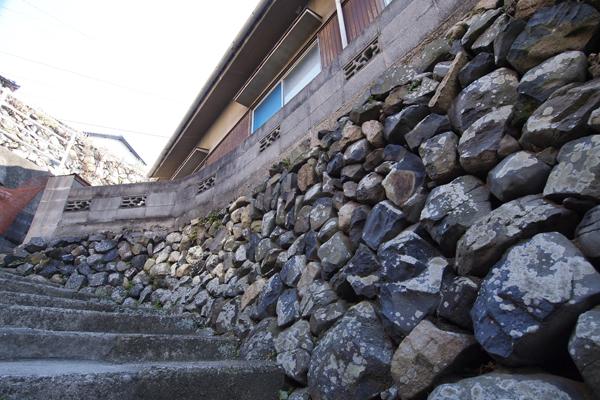 08・石垣に建つ