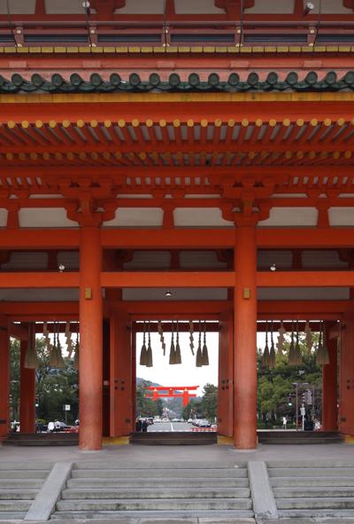 06・応天門(神門)から鳥居を望む