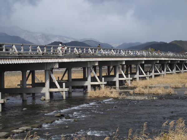 04・渡月橋と雪山