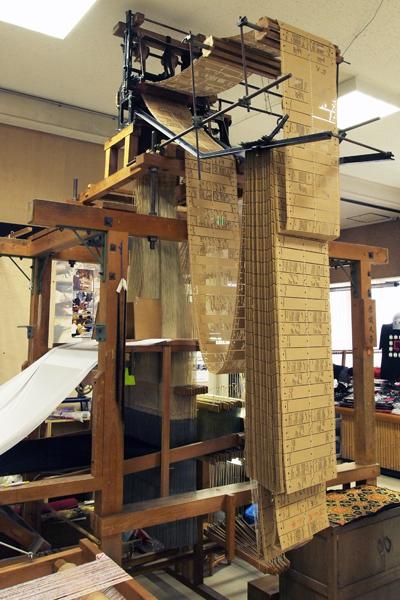 19・昔の帯織り機