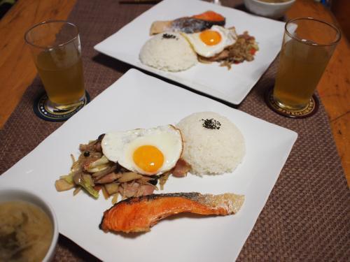 朝食☆甘塩鮭のソテー&野菜とベーコンのソテー&目玉焼きプレート
