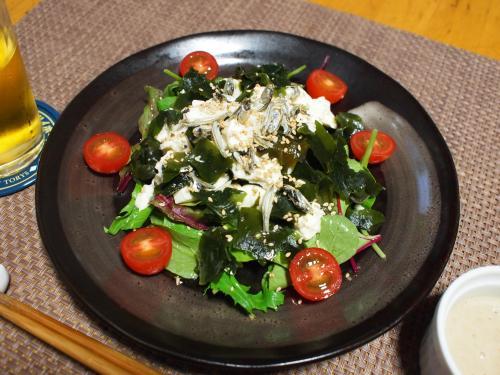 夕食☆豆腐とわかめとベビーリーフと食べる煮干のサラダ