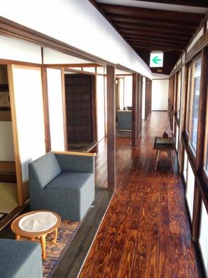 廊下と窓に面してソファが