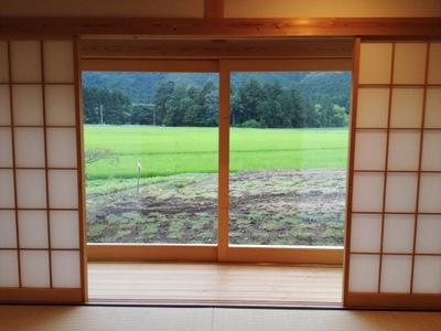 窓の外に広がる田圃