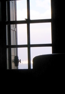 窓から見える横浜の海