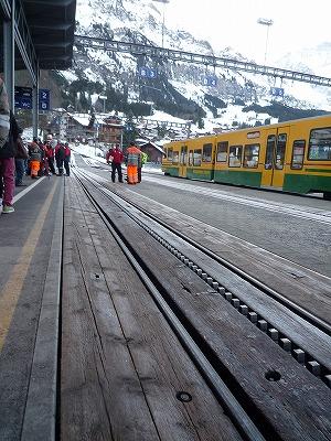 013,1,31、乗り換えた駅から、ユングフラウ鉄道のレール、山並み、P1040167