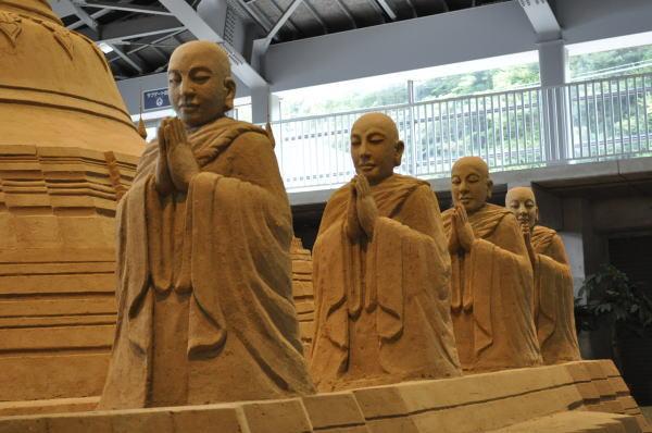 パコダと僧侶たち 08