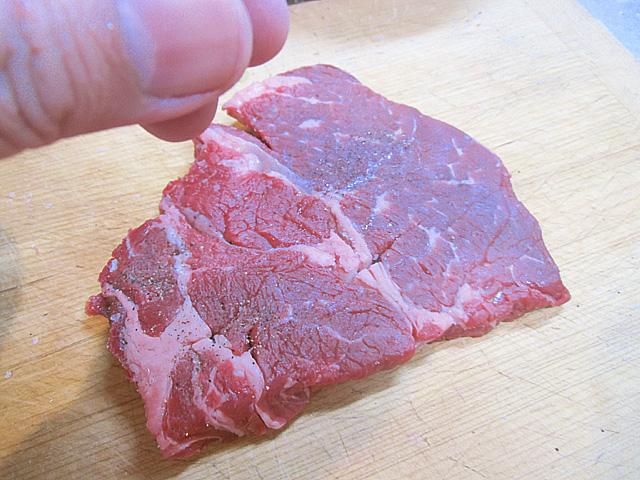 肉に塩と胡椒